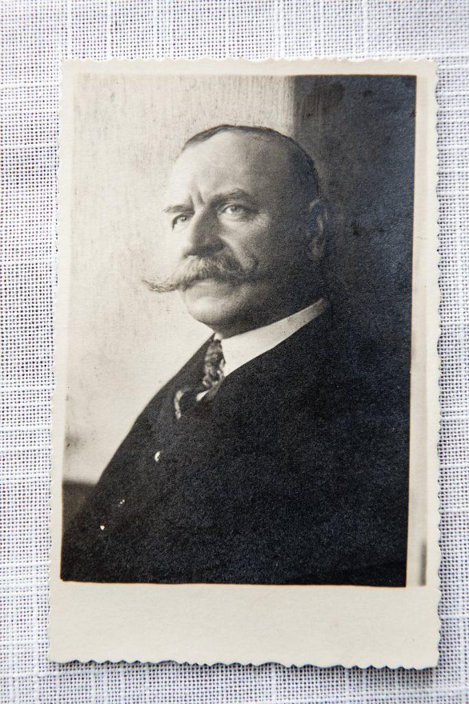 Czarno-biały portret mężczyzny z sumiastymi wąsami