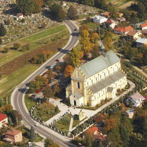 Widok zbytkowego kościoła z lotu ptaka. Kościół z małą wieżyczka otocziny jest zielenią